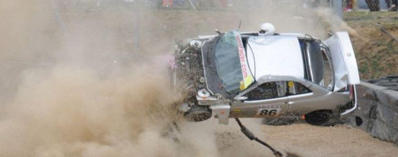 Британський гонщик дивом уцілів після того, як авто на величезній швидкості влетіло в огорожу