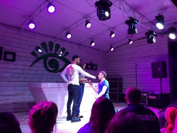 На концерті Козловського глядач романтично освідчився своїй коханій