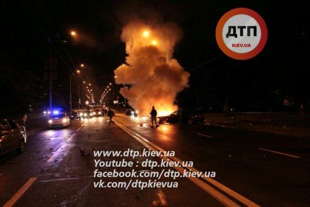 У Києві вночі BMW 5 влетів у стовп і спалахнув