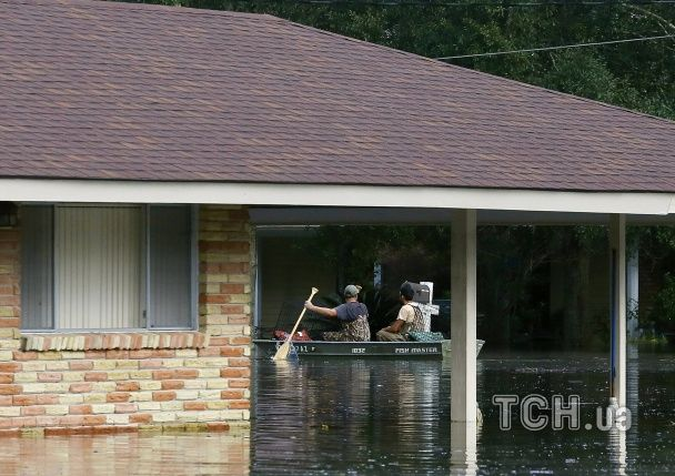 Моторошна повінь: у Луїзіані затопленими вулицями плавають домовини