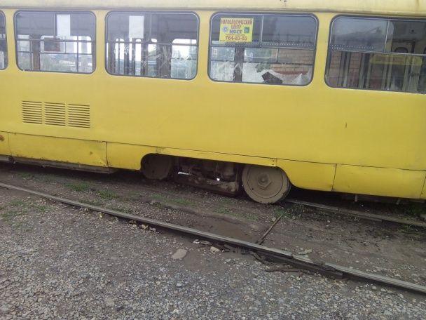 У Харкові трамвай зійшов із колій і протаранив кіоск на зупинці