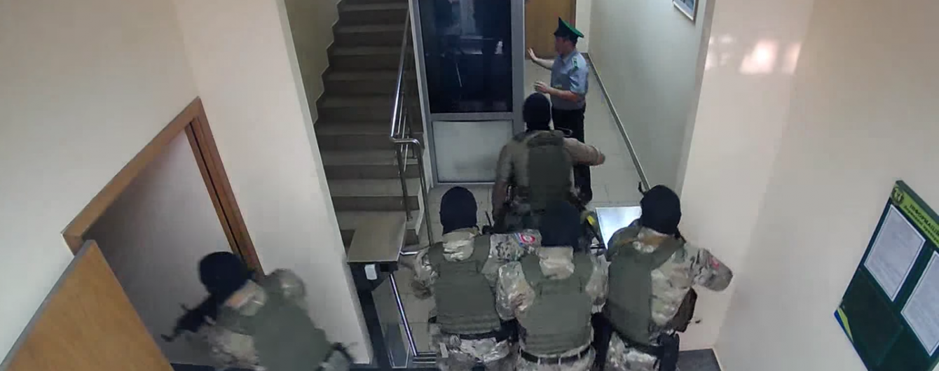 """Прикордонники звинуватили військову прокуратуру у """"маски-шоу"""" і опублікували відео обшуку"""
