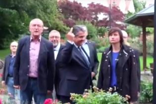 Віце-канцлер Німеччини показав протестувальникам середній палець