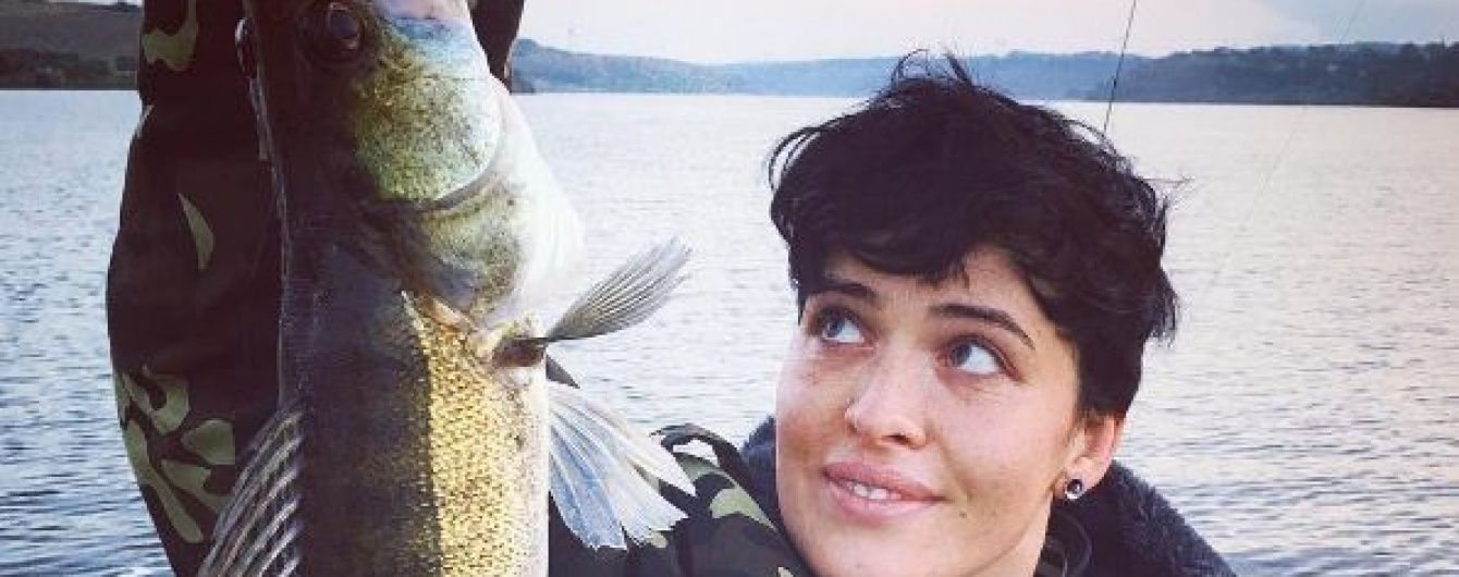 Несподівано: Даша Астаф'єва у куртці-хакі стала рибалкою