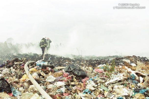 Під Тернополем уже добу палає сміттєзвалище