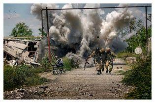 """Емоційне фото війни на Донбасі з """"голівудським"""" вибухом спричинило ажіотаж у Мережі"""