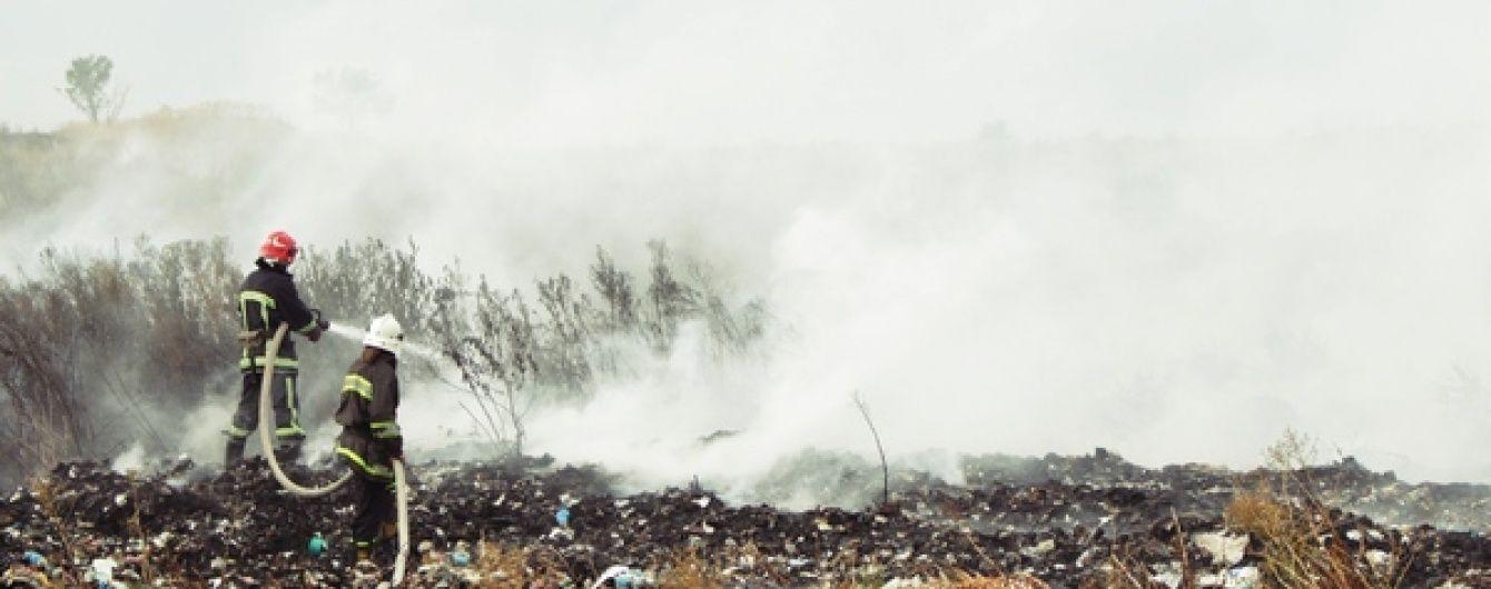 На Тернопільщині загасили масштабну пожежу на сміттєзвалищі