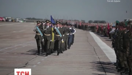 Приталенный силуэт, необычные детали и новые цвета: украинское войско оденется в новую форму