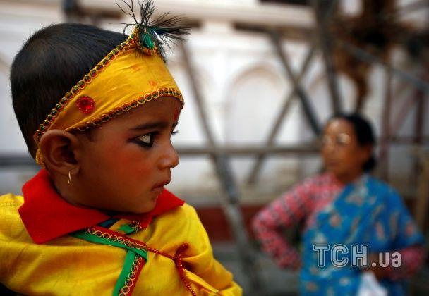 """Діти просять спокою для небіжчиків. У Непалі проходить барвистий """"коров'ячий фестиваль"""""""