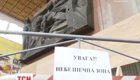 С фасада Украинского дома демонтируют советские барельефы