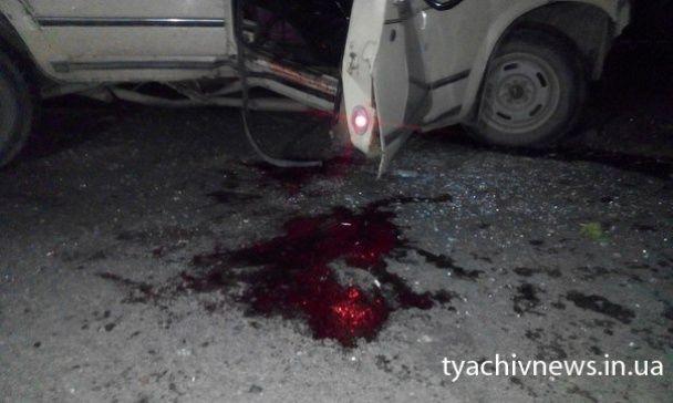 """На Закарпатті """"сімка"""" протаранила лісовоз, який відкинуло в авто поліції – загинула дівчина"""