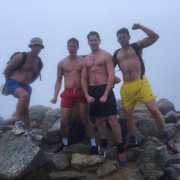 Гарячі хлопці підкорили найвищу гору Австралії у самих трусах заради благодійності