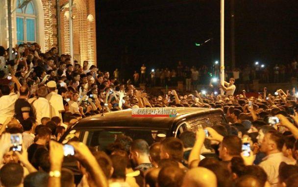"""Прощання зі """"злодієм у законі"""". В Азербайджані тисячі людей зустріли літак з тілом кримінальника"""