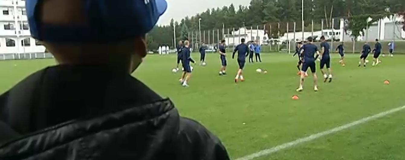 """Футболісти """"Динамо"""" провели тренування разом із хворим на рак крові хлопчиком"""