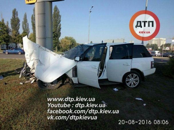 Кривава ДТП у Києві: п'яний водій позашляховика влетів у стовп, втікаючи від поліції