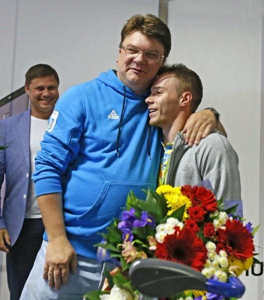 Гімн, оркестр і шампанське. У Борисполі зустріли олімпійського чемпіона Верняєва