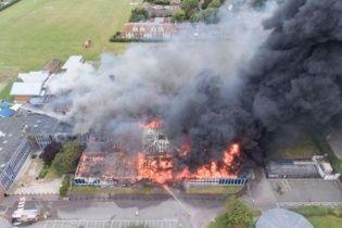 У Великобританії масштабна пожежа вщент знищила школу