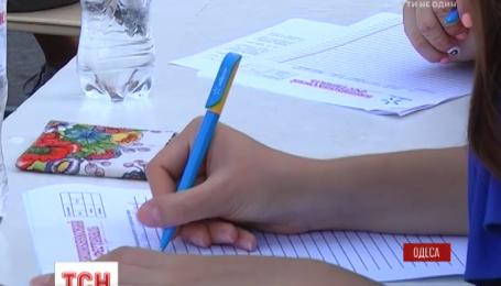 В Одессе под открытым небом организовали импровизированный школьный класс