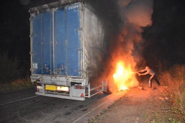 На Херсонщині посеред траси загорілася фура з кавунами