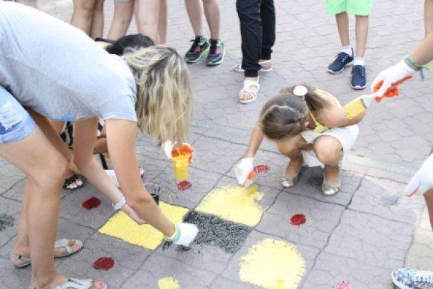 Прифронтовий Маріуполь до Дня Незалежності розфарбували орнаментом у вигляді вишиванки