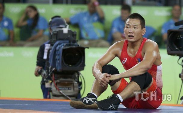 Оголений протест. У Ріо тренери монгольського борця роздяглись на майданчику після його поразки