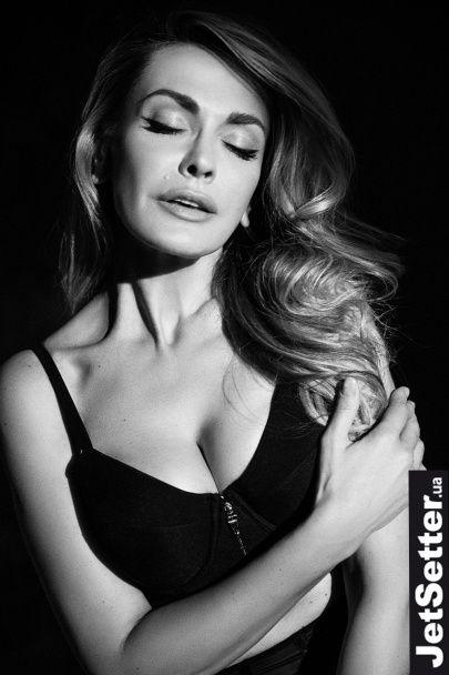 Розкішна Сумська знялася топлес у надзвичайно еротичному фотосеті