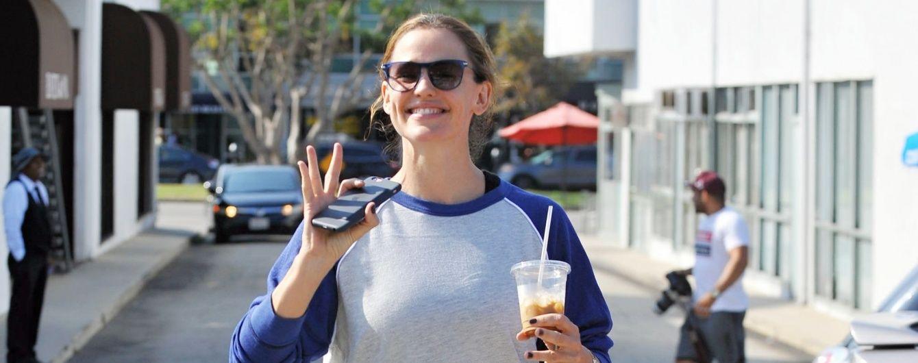 Беременна или переела: Дженнифер Гарнер подловили папарацци