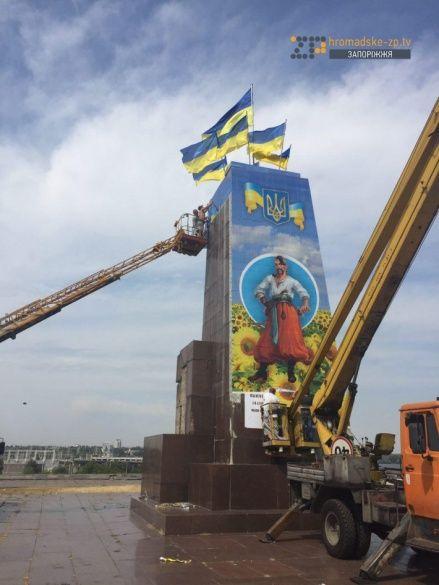 У Запоріжжі на пам'ятнику Леніну намалювали козака_2
