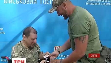 """Раненые бойцы 11 батальона """"Киевская русь"""" получили награды в госпитале"""