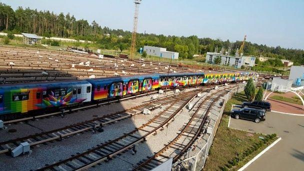 Іспанський художник створив потяг-мурал для київського метро