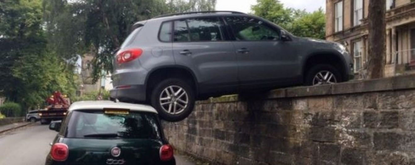 У Шотландії припарковане авто зависло у повітрі