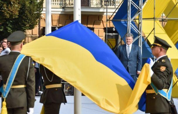 Порошенко підняв прапор в Києві разом із донькою Рибака, який загинув за жовто-синій стяг у Горлівці