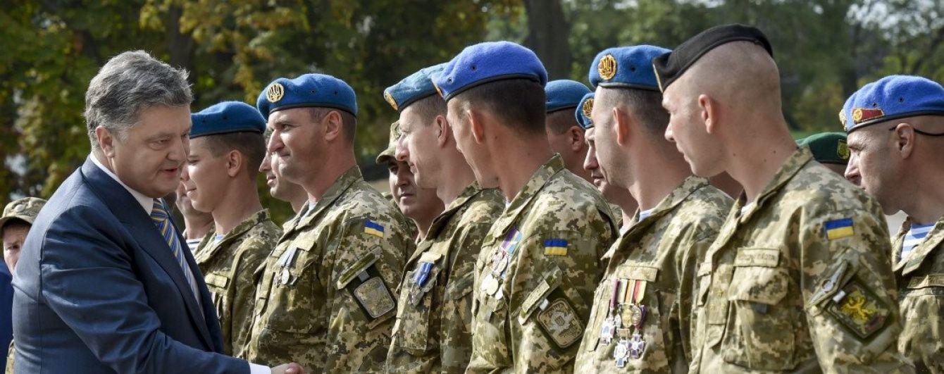 Війську сьогодні передадуть величезну партію техніки та зброї - Порошенко