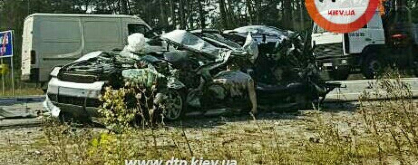 У розірваній надвоє Audi під Києвом дивом уціліли пляшки з коньяком