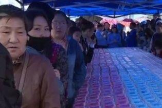 У РФ жадібний натовп за секунди розмів торт, призначений для дітей-сиріт