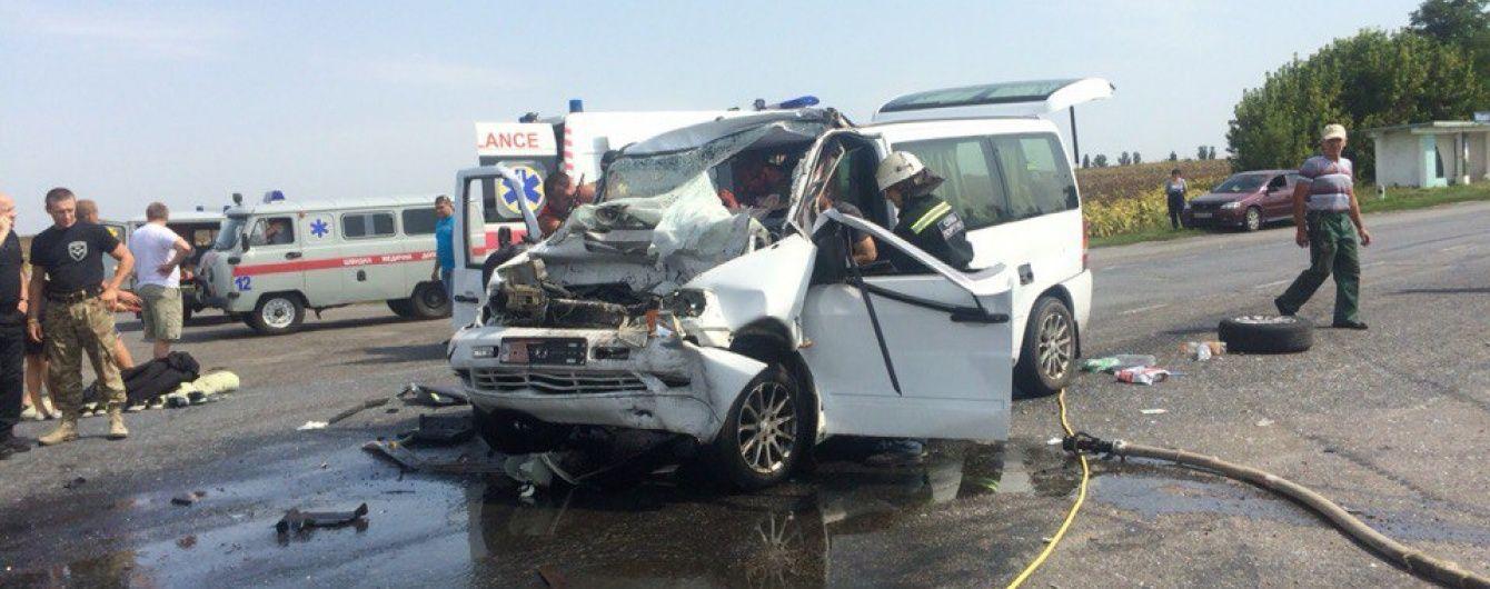 Жахлива ДТП на Черкащині: мікроавтобус із пасажирами лоб у лоб протаранив вантажівку