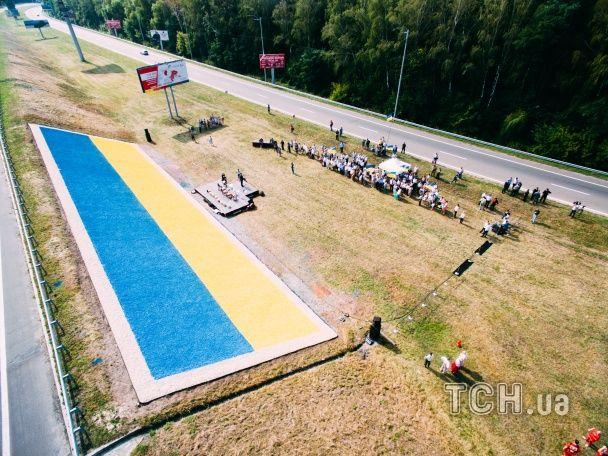 На околиці Борисполя створили рекордний прапор України. Відео з висоти пташиного польоту