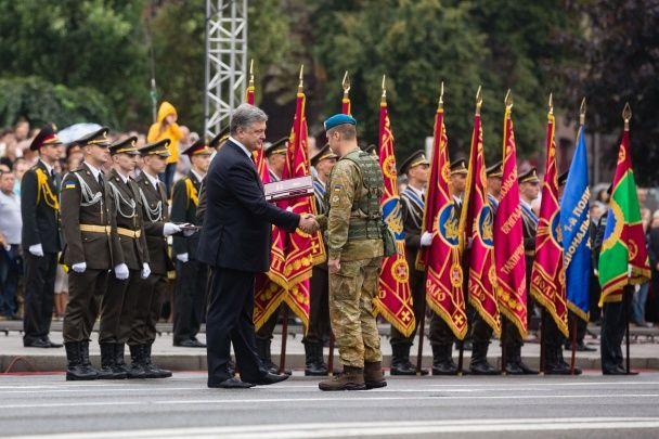 Статні військові та несподівані нагороди. Як у Києві відбувся марш Незалежності