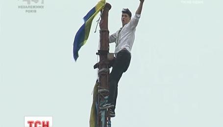 Молоді руфери прикрасили українським прапором найвищу будівлю на Майдані Незалежності