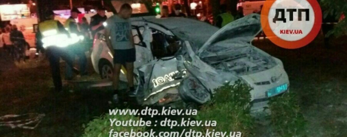 """У Києві позашляховик протаранив і """"зім'яв"""" поліцейське авто: є постраждалі"""