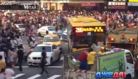 В Китае геймеры заблокировали улицу из-за покемона - международный обзор