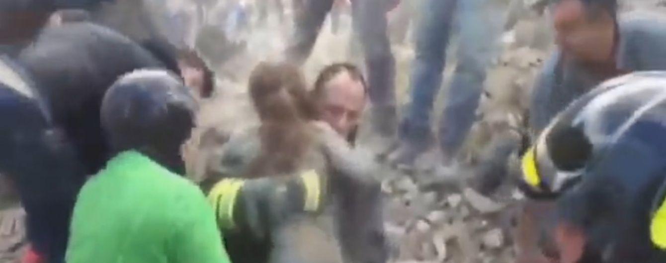 ЗМІ показали зворушливе відео порятунку маленької дівчинки з-під завалів в Італії