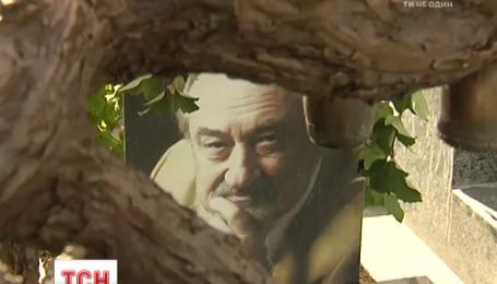 На Байковом кладбище столицы установили памятник актеру Богдану Ступке