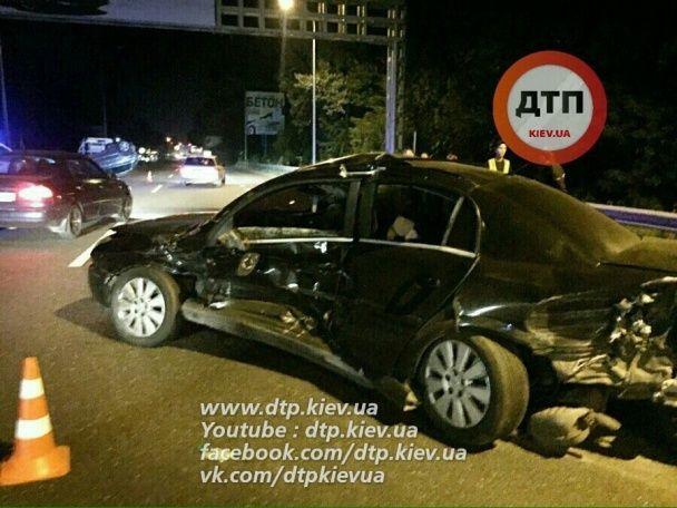 У Києві Opel на швидкості наздогнав Volkswagen та перекинув його посеред траси