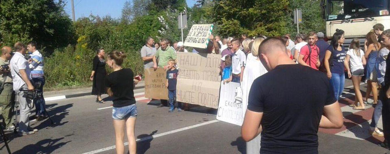 На Львівщині селяни перекрили дві траси біля скандального Грибовицького сміттєзвалища