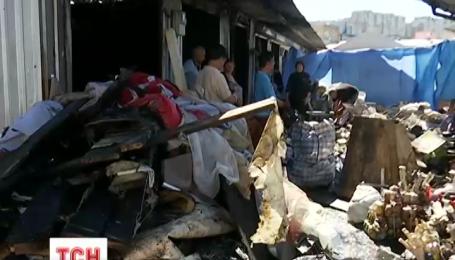 Более 300 квадратных метров и десятки торговых мест уничтожил ночной пожар на Демеевском рынке