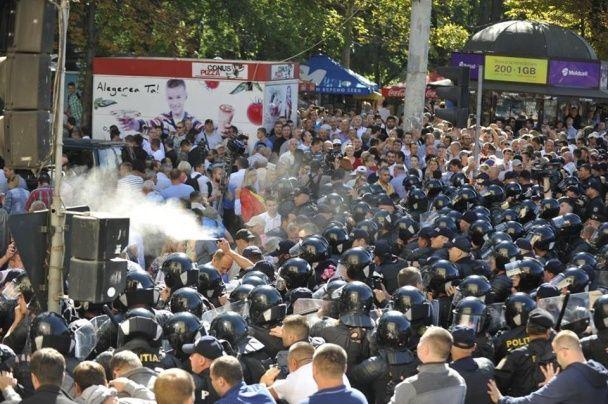 """У Кишиневі поліція """"привітала"""" мітингарів із Днем незалежності сльозогінним газом"""