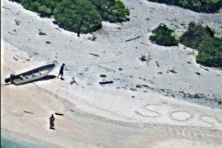 Двоє людей врятувалися з безлюдного острова через напис на піску