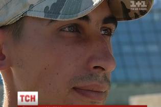 """Побитий """"Беркутом"""" студент повернувся на Майдан у військовому параді"""