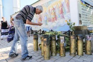 Квіти, обійми, посмішки: у Києві зібралися ті, хто пережив пекло під Іловайськом